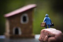 Viajante que chega em casa Fotos de Stock Royalty Free
