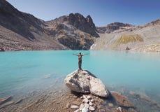 Viajante que olha fixamente no lago fotografia de stock