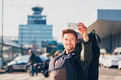 Viajante que toma um selfie no aeroporto fotos de stock royalty free