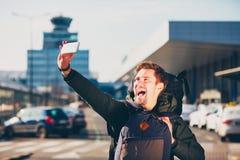 Viajante que toma um selfie no aeroporto fotografia de stock royalty free