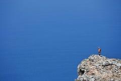 Viajante só na borda do penhasco Fotos de Stock Royalty Free