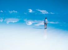 Viajante solitário em Salar De Uyuni Imagem de Stock Royalty Free