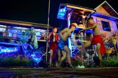 Viajante tailandês de encaixotamento e de dança dos povos tailandeses de Phu do phu do estilo da mostra Imagem de Stock Royalty Free