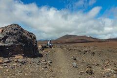 Viajante Tired Parque Teide de Nationa, Tenerife fotografia de stock royalty free