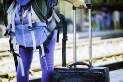 Viajantes asiáticos das mulheres da vista traseira, esperando o trem, com talão imagem de stock royalty free