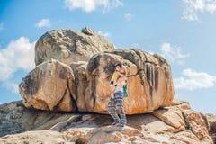 Viajantes da mãe e do filho no cabo de Hon Chong, pedra do jardim, destinos populares do turista em Nha Trang vietnam Fotos de Stock Royalty Free