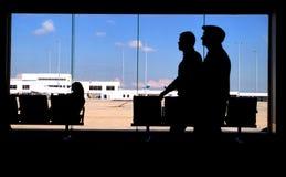 Viajantes de bilhete mensal do aeroporto imagens de stock