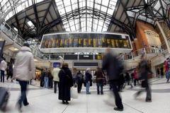 Viajantes de bilhete mensal na estação da rua de Liverpool foto de stock