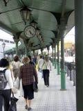 Viajantes de bilhete mensal na plataforma da estação de comboio fotografia de stock royalty free