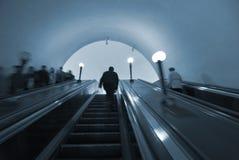 Viajantes de bilhete mensal no metro de Moscovo Fotografia de Stock Royalty Free