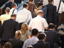 Viajantes de bilhete mensal que escalam escadas Imagens de Stock Royalty Free