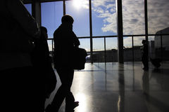 Viajantes de negócio no aeroporto ocupado Imagens de Stock Royalty Free
