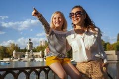 Viajantes de sorriso da mãe e da criança que apontam em algo fotos de stock royalty free
