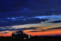 Viajantes do carro no por do sol nas montanhas no Cáucaso norte fotos de stock royalty free