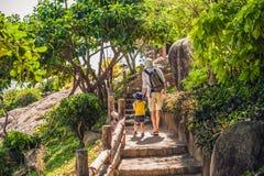 Viajantes do pai e do filho no cabo de Hon Chong, pedra do jardim, destinos populares do turista em Nha Trang vietnam foto de stock royalty free