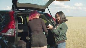 Viajantes fêmeas que procuram pela coisa na mala de viagem video estoque