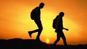 Viajantes felizes novos que caminham com as trouxas em Rocky Trail no por do sol do ver?o Conceito do curso e da aventura da fam? filme