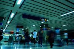 Viajantes não identificados dentro da entrada do MRT à estação subterrânea O MRT serve 240.000 passageiros diariamente com 20 qui imagens de stock