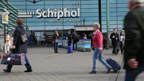 Viajantes no aeroporto de Schiphol, Amsterdão video estoque