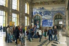 Viajantes no Sao histórico Bento do estação de caminhos-de-ferro em Porto fotos de stock royalty free