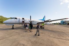 Viajantes que embarcam o voo de Air Rarotonga Imagens de Stock