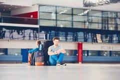 Viajantes que esperam a partida fotos de stock