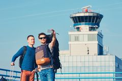 Viajantes que tomam um selfie no aeroporto fotografia de stock