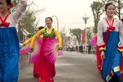 Viajar al funcionamiento de la demostración de los bailarines populares de Pyongyang del North Korean Foto de archivo