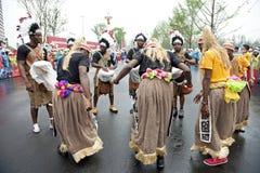 Viajar el funcionamiento de la demostración de los bailarines de Congo imagenes de archivo