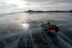 Viajar a la bici en el lago congelado Imagenes de archivo
