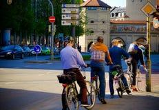 Viajar a una ciudad con la bicicleta fotografía de archivo libre de regalías