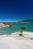Viaje à paisagem maravilhosa da represa de turquesa do yesa no céu azul, spain Fotografia de Stock