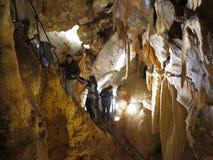 Viaje adventurero en la cueva - cuevas de Jenolan fotos de archivo libres de regalías