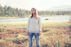 Viaje al aire libre solo que camina triste de la mujer joven Imagen de archivo