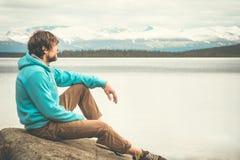 Viaje al aire libre solo relajante de la forma de vida del hombre joven fotos de archivo
