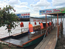Viaje al barco en el lago lak en Vietnam del noreste Fotos de archivo