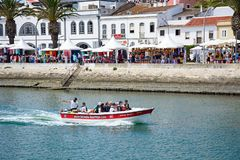 Viaje al barco en el río, Lagos, Portugal imagenes de archivo
