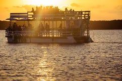 Viaje al barco que transporta a gente en viajes de la navegación en las aguas del Praia hace la playa de Jacare Imágenes de archivo libres de regalías