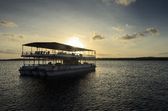 Viaje al barco que transporta a gente en viajes de la navegación en las aguas del Praia hace la playa de Jacare Foto de archivo
