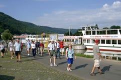 Viaje al barco y a los turistas en el río Mosela, Alemania fotos de archivo libres de regalías