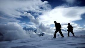 Viaje al lanscape de la nieve de la expedición del invierno de los caminantes del viaje que camina que viaja almacen de metraje de vídeo