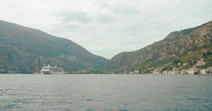 Viaje alrededor de la Europa Montenegro y Albania Paseos blancos del barco a través de la bahía de Kotor en un día soleado almacen de metraje de vídeo