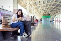 Viaje asiático de la mochila de la chica joven usando smartphone fotografía de archivo libre de regalías