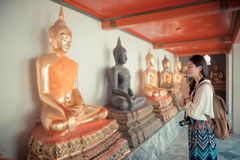 Viaje atractivo de la mujer en Bangkok, Tailandia Imagenes de archivo