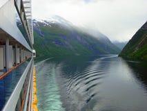 Viaje através do fiorde de Geiranger na névoa a bordo de um navio de cruzeiros Imagens de Stock Royalty Free
