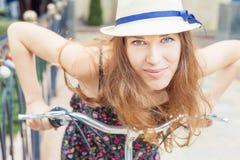 Viaje bonito feliz de la mujer del primer a París en bicicleta de la ciudad Imagen de archivo
