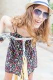 Viaje bonito feliz de la mujer del primer a París en bicicleta de la ciudad Imagen de archivo libre de regalías