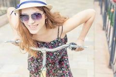 Viaje bonito feliz de la mujer del primer a París en bicicleta de la ciudad Fotos de archivo