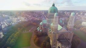 Viaje capital del viaje de Bélgica de la basílica hermosa aérea del símbolo nacional de Bruselas almacen de metraje de vídeo