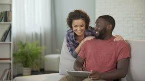 Viaje casado feliz del planeamiento de la pareja en el extranjero, eligiendo hoteles y líneas aéreas en línea almacen de metraje de vídeo